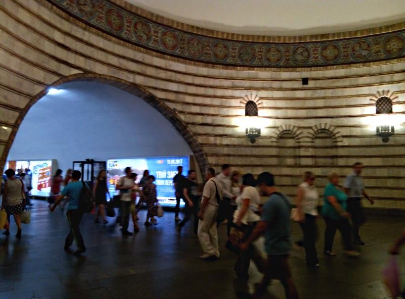 metro kijow przejscie pomiedzy schodami