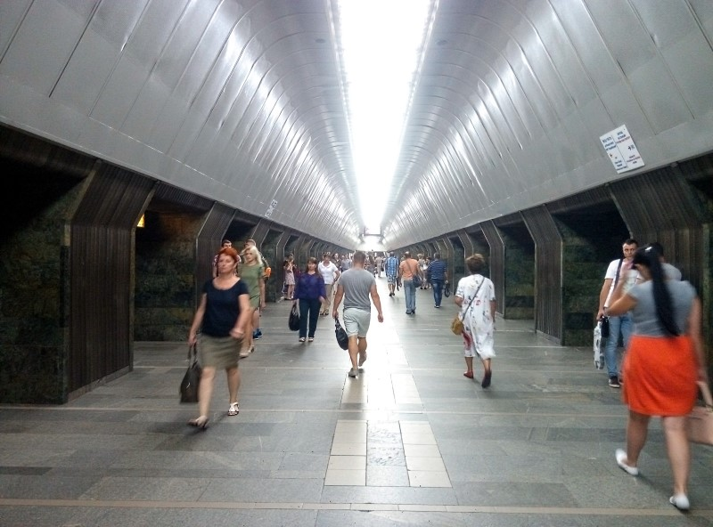 metro kijow przejscie pomiedzy stacjami