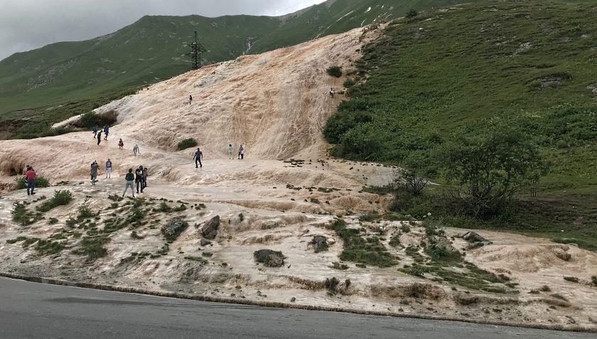 Źródło wody mineralnej na Gruzińskiej Drodze Wojennej