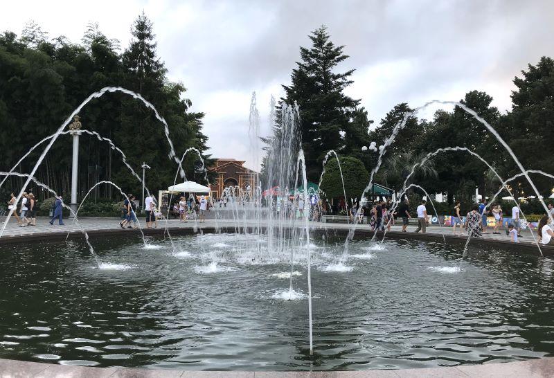batumi fontanna w parku