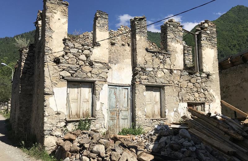mesia droge w strone krzyza zniszczony budynek