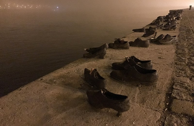 wegry budapeszt pomnik ofiar strzalokalowcow - buty